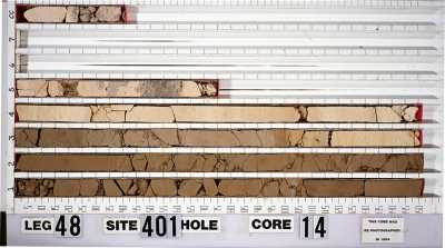 Based on this drill core, the team determined the CO2 content. The boundary between the earth ages lies in the third core segment approximately between the 95 and 100 centimeter mark.