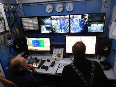 In the MeBo control container, the drilling process on the seabed is controlled via video transmission. Photo: MARUM - Center for Marine Environmental Sciences, University of Bremen; G. Bohrmann