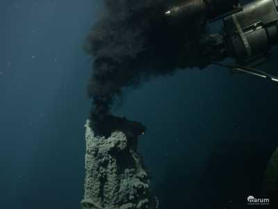 Black Smoker along the Kermadec Island Arc, the southern continuation of the Tonga Arc, sampled by ROV MARUM-QUEST during expedition SO253 in January 2017. (Photo: MARUM – Center for Marine Environmental Sciences, University of Bremen).