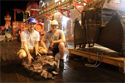 Christoph Beier and Bernd Schleifer with a recovered basalt and the TV-Grab (S. Krumm, FAU)