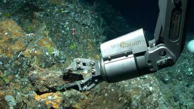 The manipulator of the diving robot MARUM-QUEST takes a geological sample at a depth of 530 metres northwest of the Azores island of São Miguel. Photo: MARUM - Center for Marine Environmental Sciences, University of Bremen