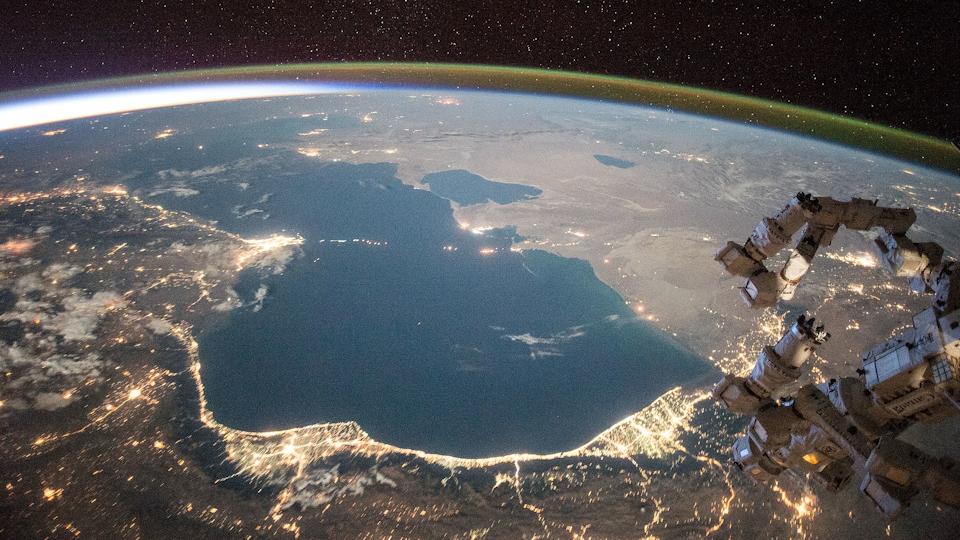 O Mar Cáspio, visto aqui da estação espacial internacional ISS, é o maior lago do mundo. Seus níveis de água estão caindo devido às mudanças climáticas
